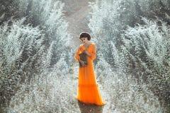 De mooie gravin in een lange oranje kleding Royalty-vrije Stock Afbeeldingen
