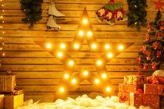 De mooie grote ster bevindt zich tegen de muur en de gloed, gloeiend Kerstmisdecor royalty-vrije stock fotografie