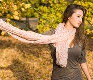 De mooie herfst met mooie brunette. Stock Foto's