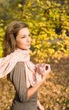 De mooie herfst met mooie brunette. Stock Afbeeldingen
