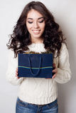 De mooie het glimlachen geïsoleerde zakken van de meisjesgift Royalty-vrije Stock Afbeeldingen