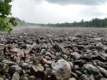 De mooie Hickory stelt Keigebied op een regenachtige mistige dag in werking stock afbeeldingen