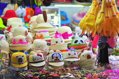 De mooie hoeden zijn voor verkoop in een lokale nachtmarkt in Vietnam stock afbeeldingen