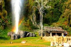 De mooie Hoektand hete lentes maken regenboog met groene installatie en blauwe hemelachtergrond in Doi Pha Hom Pok National Park royalty-vrije stock afbeeldingen