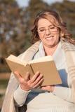 De mooie hogere dame rust in park royalty-vrije stock foto's