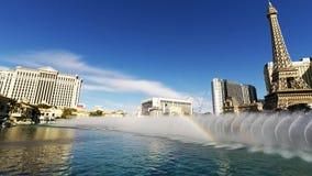 De mooie hoogste 4k luchtmening over dansende waterfontein toont het hotelcasino Bellagio Las Vegas Nevada van de zwembadluxe stock footage