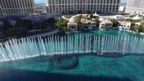 De mooie hoogste lucht4k mening over dansende waterfontein toont het hotelcasino Bellagio Las Vegas Nevada van de zwembadluxe stock videobeelden