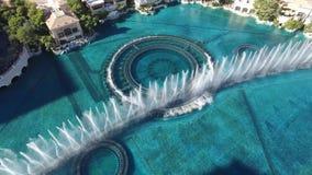 De mooie hoogste lucht4k mening over dansende waterfontein toont het hotelcasino Bellagio Las Vegas Nevada van de zwembadluxe stock video