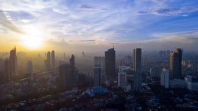 De mooie horizon van Djakarta in ochtendtijd stock foto's