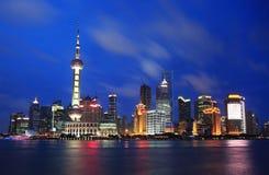 De mooie horizon van Shanghai Pudong bij schemer Stock Foto's