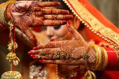 De mooie Indische bruid overhandigt de handjuwelen en kalira van het hennaontwerp stock foto