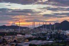 De mooie installatie van de de raffinaderijfabriek van de zonsondergang petrochemische olie stock fotografie