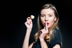 De mooie jonge aardbei van de vrouwenholding Stock Fotografie
