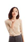 De mooie jonge Aziatische vrouw blaast een kus Stock Foto