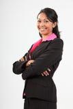 De mooie jonge bedrijfsvrouw bewapent het gevouwen glimlachen Stock Afbeeldingen