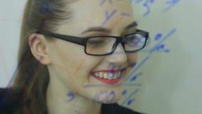 De mooie jonge bedrijfsvrouw voert financiële berekeningen uit stock videobeelden