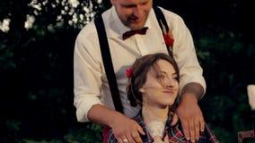 De mooie jonge bruidegom van de paarbruid verwarmt koel stock video