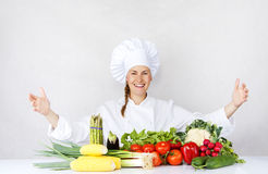 De mooie jonge chef-kokvrouw treft en binnen verfraaiend smakelijk voedsel voorbereidingen Royalty-vrije Stock Foto's