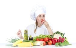 De mooie jonge chef-kokvrouw treft en binnen verfraaiend smakelijk voedsel voorbereidingen Royalty-vrije Stock Afbeelding