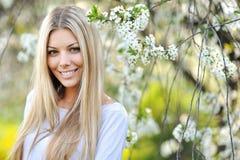De mooie jonge close-up van het vrouwengezicht - perfecte huid royalty-vrije stock fotografie