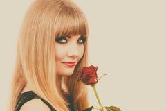 De mooie jonge dame met rood nam toe Stock Foto