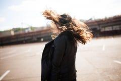 De mooie jonge donkerbruine vrouw danst op straat Stock Foto