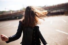 De mooie jonge donkerbruine vrouw danst op straat Stock Afbeeldingen