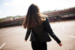 De mooie jonge donkerbruine vrouw danst op straat Stock Afbeelding