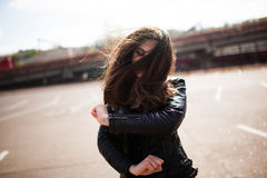 De mooie jonge donkerbruine vrouw danst op straat Royalty-vrije Stock Foto's
