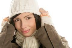 De mooie jonge donkerbruine vrouw die een de winteruitrusting dragen met breit royalty-vrije stock fotografie