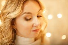 De mooie Jonge Gelukkige Vrouw van Kerstmis over wit stock afbeelding