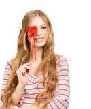 De mooie jonge glimlachende vrouw in nadenkend stelt met rode valent Stock Foto
