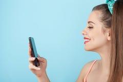 De mooie jonge hipstervrouw gebruikt modern Stock Foto's