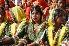 De mooie jonge Indische vrouwen treffen aan prestaties voorbereidingen bij festival Pushkar Stock Foto's