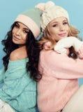 De mooie jonge meisjes met krullend haar draagt comfortabele warme kleren Stock Foto