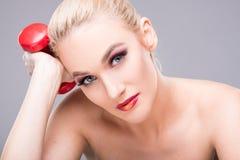 De mooie jonge model dragende domoor van de samenstellingsholding Stock Afbeelding