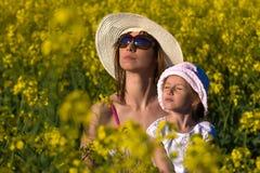 De mooie jonge moeder en haar dochter ontspannen royalty-vrije stock foto's
