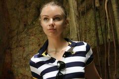 De mooie jonge vrouw bij excursie Royalty-vrije Stock Foto's