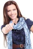 De mooie jonge vrouw die duimen tonen ondertekent omhoog royalty-vrije stock foto's