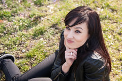 Mooie jonge vrouw die slyly glimlachen Royalty-vrije Stock Fotografie