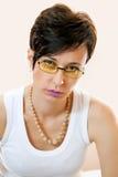 De mooie jonge vrouw draagt trendy glazen. Stock Foto