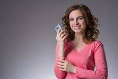 De mooie jonge vrouw in een roze overhemd drukt emoties met s uit Stock Foto