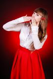 De mooie jonge vrouw in een wit chemise en een rode rok royalty-vrije stock afbeeldingen
