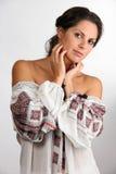 De mooie jonge vrouw embroided binnen chemise royalty-vrije stock foto