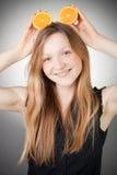 De mooie jonge vrouw heeft oranje oren Stock Afbeeldingen