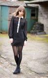 De mooie Jonge Vrouw kleedde zich in Zwarte royalty-vrije stock foto