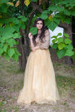 De mooie jonge vrouw koestert zich Royalty-vrije Stock Afbeeldingen