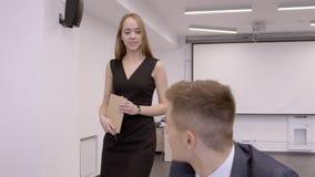 De mooie jonge vrouw loopt door bureau en wordt lid van bedrijf bij het bureau stock footage