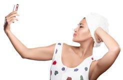 De mooie Jonge vrouw maakt selfie verzendend een kus Stock Foto's