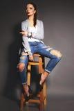 De mooie jonge vrouw met donker haar draagt vrijetijdskleding Stock Afbeelding